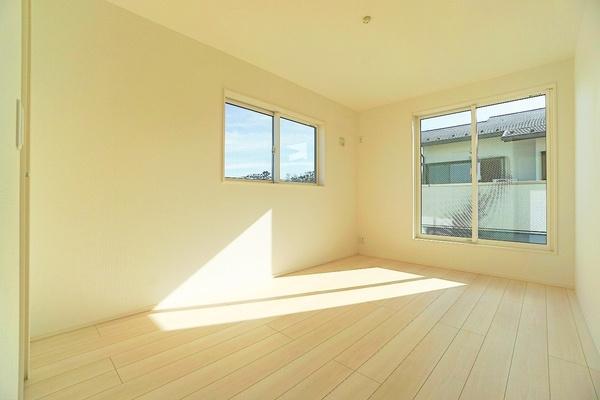同仕様の洋室です。 大きな窓からの日差し入る嬉しい洋室!!