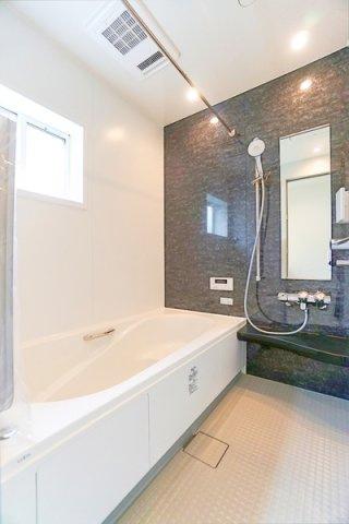 広々としたバスルームで一日の疲れをいやして下さい! もちろん、浴室乾燥機付きです!