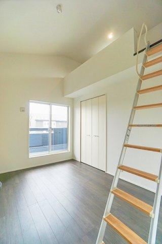 勾配天井で開放的な洋室♪ ロフトの他に大容量クローゼットもあります!