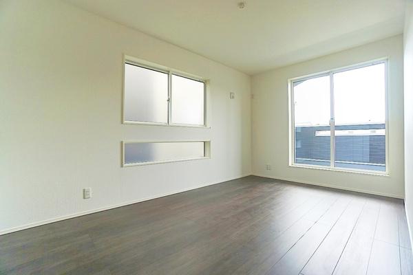 二面採光の明るいお部屋となっております。 落ち着きのある洋室です! 休日はこちらでおくつろぎ下さい♪