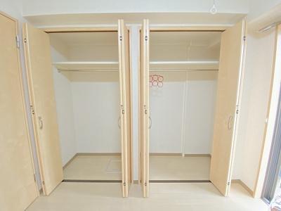 洋室5.4帖のお部屋にあるクローゼットです♪お洋服もしわにならず、キレイに収納できます☆クローゼットが2ヶ所あるのが便利ですよね!