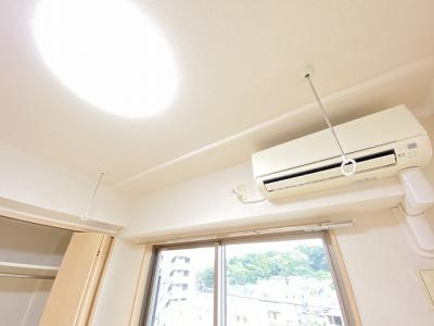 洋室5.4のお部屋にある室内物干しです!雨の日やお出掛け時の室内干しにとても便利☆花粉や梅雨の時期に重宝しますね♪