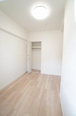 【南西側洋室約4.5帖】 居室にはクローゼットを完備し、 自由度の高い家具の配置が叶うシンプルな空間です。 お子様の成長と必要になる子供部屋にするには ぴったりの間取りですね。