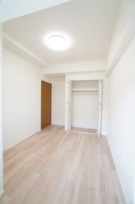 【南西側洋室約5.5帖】 たっぷり収納! コートやスーツだけでなく、収納棚を中にしまえば ニットやパンツも中にしまえて お部屋をすっきりとお使いいただけます! お部屋のコーディネートと幅が広がります!