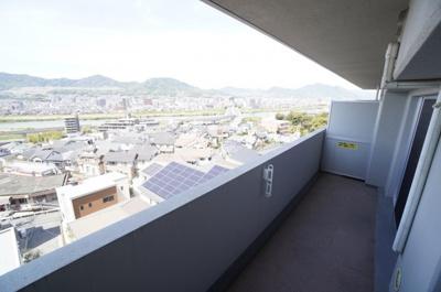 メインバルコニーからは、太田川の流れと 春日野の山並みが見渡せます。 北西側の向きとなりますが、 前面に建物もなく、お洗濯物も一気に乾きそうです!