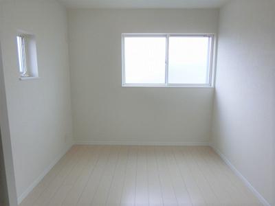 【現地写真】  2面窓で 明るい陽差しが入る、気持ちのいい 洋室部屋です♪