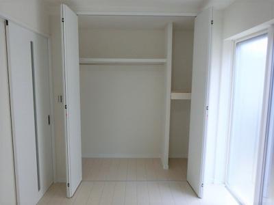【現地写真】自由度の高い家具の配置が叶うシンプルな空間です。お子様の成長と必要になる子供部屋を与えるにはぴったりの間取りですね♪
