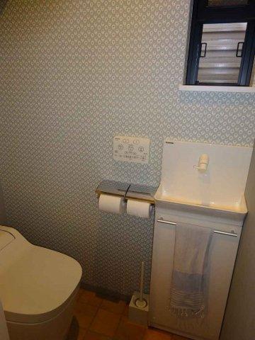 お掃除楽々、タンクレストイレ♪手洗いカンター付きです☆