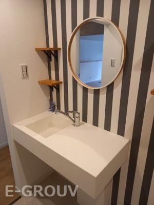 お洒落な壁紙の洗面室。毎日の生活に彩りが加わりますね♪