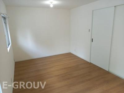 約9帖の広さがある洋室。窓があり明るい室内です♪