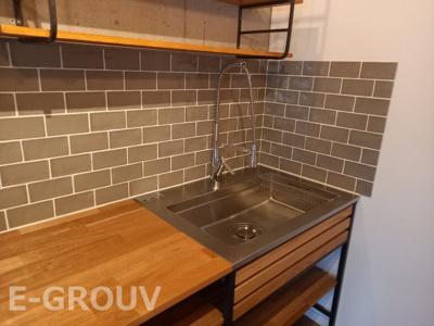 レンガ調の壁がお洒落なキッチン♪収納棚もたっぷりあります!