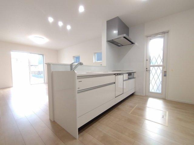 対面式キッチンで、全体を見渡すことができ、小さなお子様がいても安心です。※イメージ写真