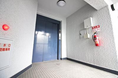 共用の階段が2か所とエレベーターが一基あり複数の避難経路がとられています。