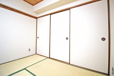 こちらの和室には押し入れが完備されています。どのお部屋も綺麗にお使いです。