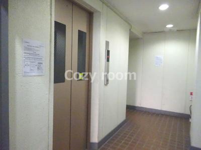 エレベーター付きマンションです。
