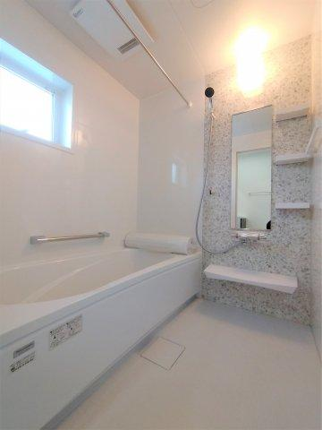 三面鏡タイプの洗面台。鏡裏や下部に大容量収納スペース。湯温や水量をレバー1つで調節可。※イメージ写真