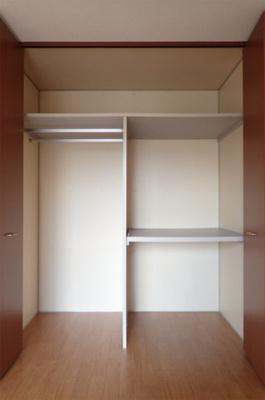 洋室5.5帖のお部屋にあるクローゼットです♪大切なお洋服もしわにならないようにハンガーがけができます☆