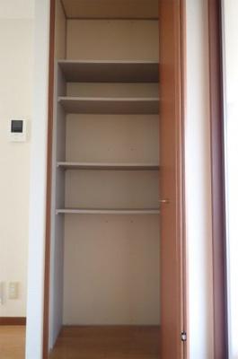 ダイニングキッチンにある収納スペースです!高さのある収納で、かさ張るお掃除用品などを収納するのにも役立ちますね◎