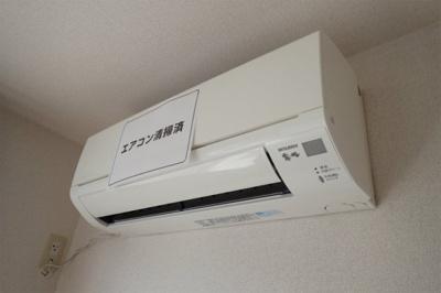 暑い夏や寒い冬に大活躍!洋室5.4帖のお部屋にあるエアコンです☆冷暖房完備で1年中快適に過ごせます♪