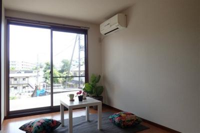 テラスに繋がる南東向き洋室5.4帖のお部屋は陽当り・風通し良好!エアコン付きで1年中快適に過ごせます☆