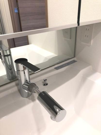 ハンドシャワー付きの洗面台です
