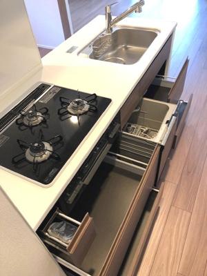 食器洗浄機付きです。キッチンは瀟洒でお手入れ楽なガラストップコンロです