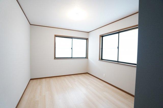 窓が2面ありますので、気持ちのよい風が入ってきそうなお部屋です。換気も十分にできます。