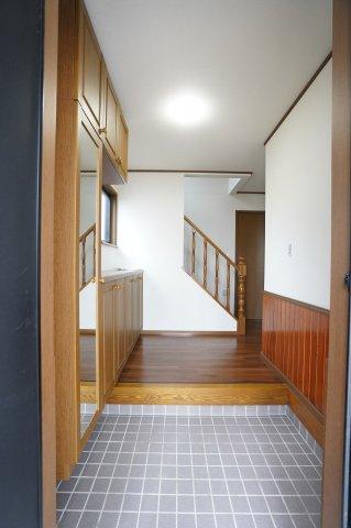 木目調の玄関でやさしく温かみのある空間になります。