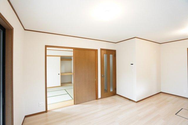 リビングと隣の和室を開放すればリビングの延長として開放的な空間となります。