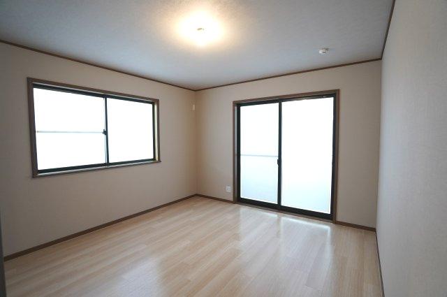 バルコニーがあるお部屋です。大きな窓から明るい光が差し込み明るいお部屋です。