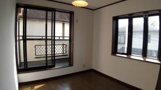 八千代市八千代台西 中古戸建 八千代台駅 2階5.3帖南西側洋室。出窓付きで開放感があります。