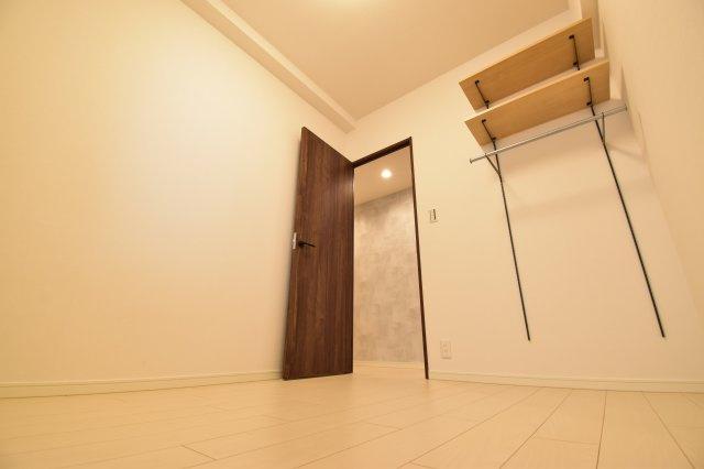 約3.8帖の洋室には可動式の棚収納を設置しました。ハンガーパイプでお洋服もスッキリまとまります。