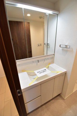お掃除のし易いフチなし洗面ボウル。使い易さ・利便性を重要視した独立洗面台。