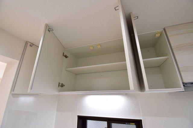 キッチン上部には吊戸棚がございます。大容量の収納スペースで使い勝手の良いキッチンに。