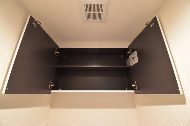 トイレにも背面収納を設置。トイレットペーパー等もスッキリまとまります。