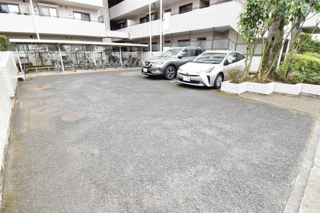 敷地内に平面駐車場がございます。最新の空き状況はお問い合わせ下さい。