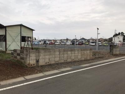 東側が小学校の駐車場