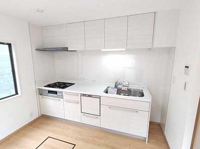 【使いやすさ!】 キッチン横には明るさを保つ窓付き。 新規交換のシステムキッチンです。 お料理もお掃除もしやすい3つ口コンロ、 床下収納もあり使いやすいキッチンです。