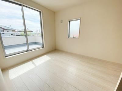 (同仕様写真)2Fに3部屋のプライベート空間を確保。全室2面採光で明るいです。主寝室は7.5帖以上を確保し、WICも備わっているので過ごしやすい。シンプルな色合いの居室は家具やカーテンを選びません。