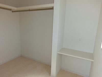 (同仕様写真)主寝室にはWICを確保しています。全室枕棚付きのCLを備えています。