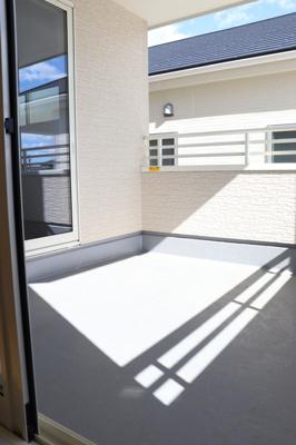 (同仕様写真)2部屋から出入り可能なバルコニー。日当たり良好なので洗濯物がしっかり乾き奥様の家事も捗りますね。