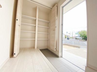 (同仕様写真)収納力の高い下駄箱を設置した玄関は増えがちな靴もしっかり収納できます。玄関回りがスッキリするので来客時にも気持ちよくお出迎え出来ますね。