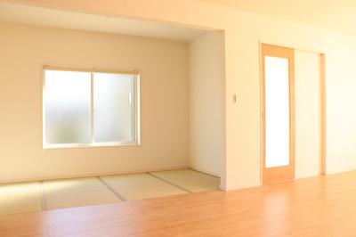 (同仕様写真)和空間は全棟3.75帖以上あります。来客時にも使え、普段はお子様のプレイスペースとしても活用可能。収納スペースも確保しています。