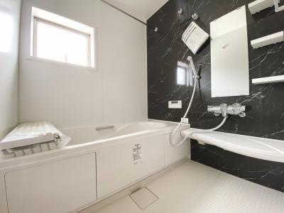 バスユニット1坪タイプ、浴室乾燥機、手すり付き。半身浴の出来る浴槽なので1日の疲れもリフレッシュできます!防カビ抗菌素材なのもうれしいポイント