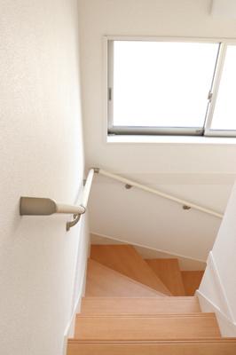 小窓からの採光もあって暗くなりにくい。手すりもあってゆるやかな階段は上り下りがしやすいです。