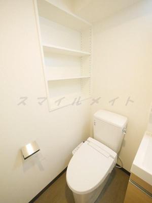 冬場も温かい温水洗浄便座と上部に収納も有ります。