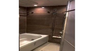 広めの浴槽は足を伸ばしてゆっくり浸かれますね。
