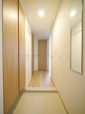 広々とした明るい玄関・姿鏡、シューズボックス付きです。