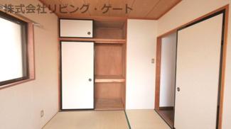 押し入れがあるのでお部屋をスッキリ片付けられますね。