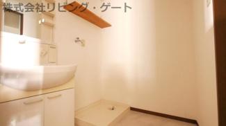 ゆとりのある洗面所です。室内洗濯機置き場。